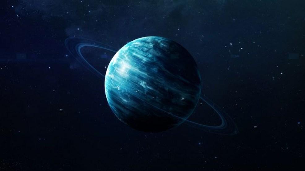 10 أرقام حقائق لم تعرفها من قبل عن كوكب أورانوس هناك الكثير والمميز والذي لم نتعرف عليه حتى الآن عن كوكب أورانوس والذي يعتبر من أقل الكواكب الشمسية شهرة من بين باقي الكواكب ويعتبر كوكب أورانوس هو الكوكب السابع من الشمس، ويعد أول كوكب تم معرفته و اكتشافه عن طريق أداة التلسكوب. وهناك العديد من الأسرار التي يحملها والحقائق المتميزة عنه والتي لم نسمع بها من قبل وسوف نقدم لك هذه الحقائق التي لم نتعرف عليها قبل ذلك وهذه الحقائق تم ذكرها بالمواقع والكتب وامننتدايات العلمية المتخصصة في ذلك. 10 حقائق عن كوكب أورانوس إن أورانوس يعتبر من الكواكب الغريبة حيث انه ينحني إلى جانبه بشكل محوري يبلغ هذا الميل 98 درجة يلف حول الشمس وهو متمايل على جانبه. الاكتشاف الرسمي لكوكب أورانوس تم من خلال السير ويليام هيرشل وذلك عام 1781. يعتبر كوكب خافت وباهت جدا حيث انه لم يتم التعرف عليه وملاحظته من خلال العين المجردة، والعلماء لا تلاحظه حيث أعتقد ويليام هيرشل في بداية الأمر أنه مذنب ولكن بعد سنوات عديدة تؤكد أن هذا كوكب. يقوم بالدوران حول نفسه وذلك مره كل 17 ساعه لمدة 14 دقيقة وبهذا يكون اليوم على الكوكب أقصر وأصغر من اليوم على كوكب الأرض. أورانوس يكون مختلف جدا عن بقية الكواكب الأخرى في الدوران حيث أنه يدور بشكل واتجاه رجعي وهذه الطريقة تكون عكس الطريقة التي تدور بها معظم الكواكب الشمسية الأخرى. حيث أن اليوم على أورانوس أقل وأصغر من اليوم على كوكب الأرض إلا أن السنة تكون أطول من السنة على كوكب الأرض حيث يقوم أورانوس بعمل رحلة واحدة وذلك حول الشمس كل 84 سنة أرضية. في أثناء دورته حول الشمس يحصل فقط على تقريبا 42 عام في اشعه الشمس المباشره أي في الضوء وما تبقى من الدوره يكون في الظلام. يطلق على كوكب أورانوس لقب أنه كوكب عملاق الجليد. الغلاف الجوي العلوي الخاص في كوكب اورانوس يتكون من ثلاث مكونات: الماء والأمونيا وأيضا بلورات جليد الميثان وهذه المكونات تعطيه اللون الأزرق الخافت. إن الكوكب يتميز بالبرودة الشديدة حيث أنه يحقق أكبر رقم قياسي في درجات الحرارة المنخفضة عن أي كوكب أخر وذلك حيث أن أدنى درجة حرارة جوية تبلغ 224 درجة مئوية.