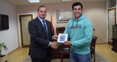 تسليم السيد رئيس الجامعة بسوهاج مكافأة للفائزين بجوائز وزير الاتصالات.