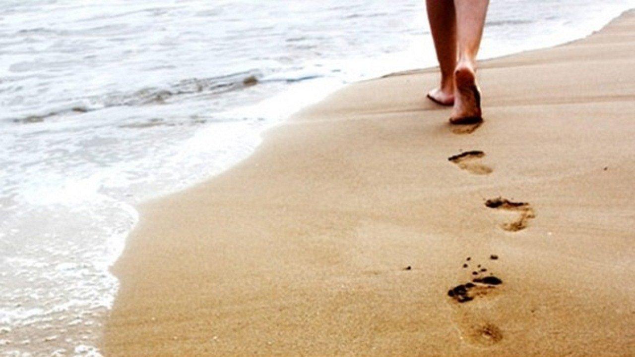 المشي في المنام حافي القدمين وتفسير ذلك