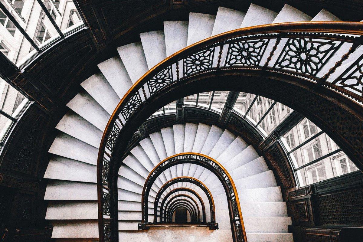 صعود الدرج في الحلم والتفسير الخاص به.